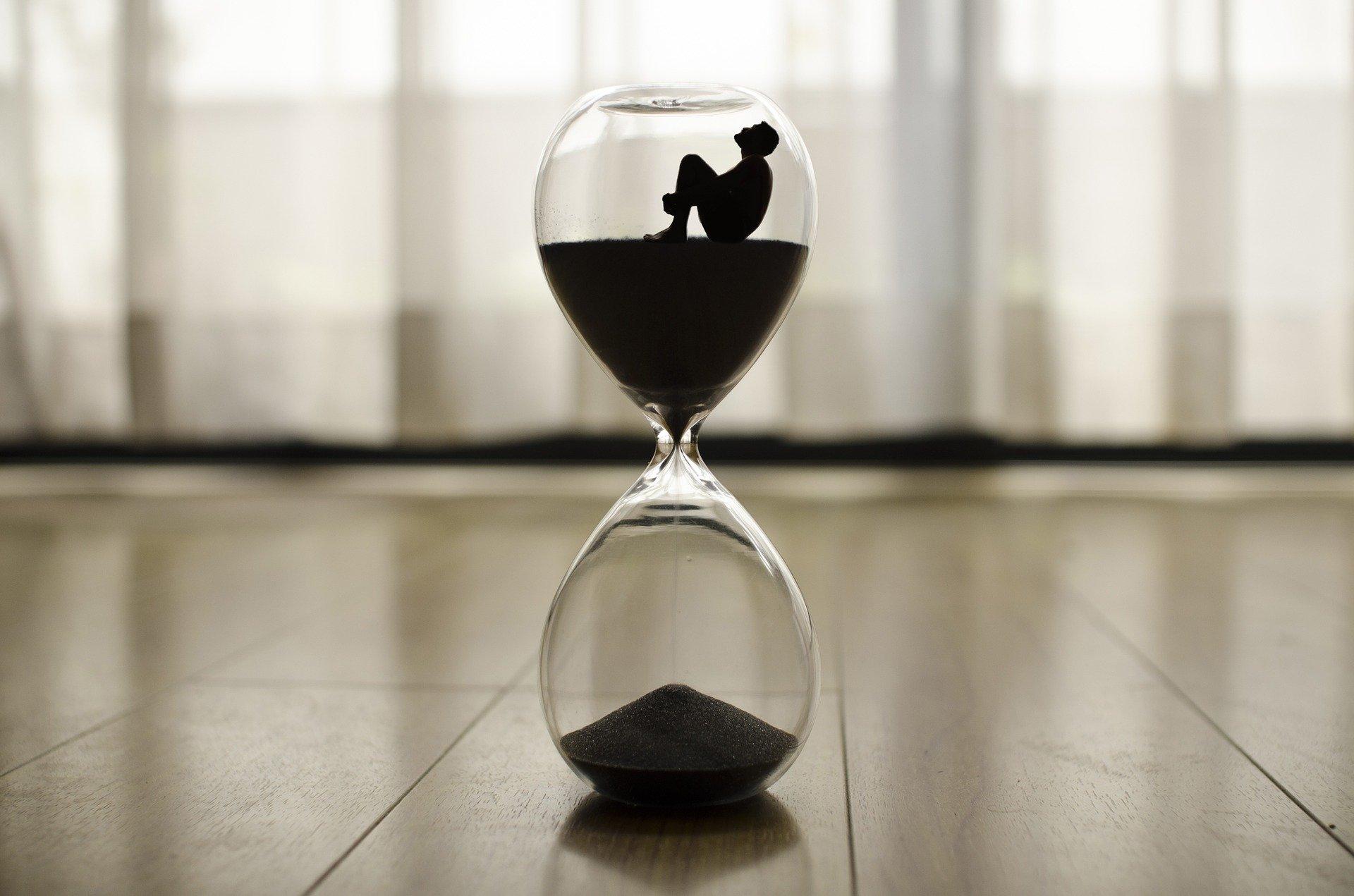 hombre en reloj de arena